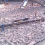 Zniszczona huśtawka na placu zabaw - Andrychów, park miejski