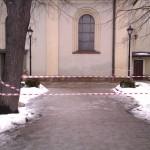 Zagrodzone taśmami ostrzegawczymi przejście obok kościoła pw. św. Macieja Andrychowie