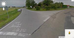 Niecenzuralny napis na drodze w Przybradzu