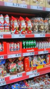 Bożonarodzeniowy wystrój półek sklepowych w Andrychowie