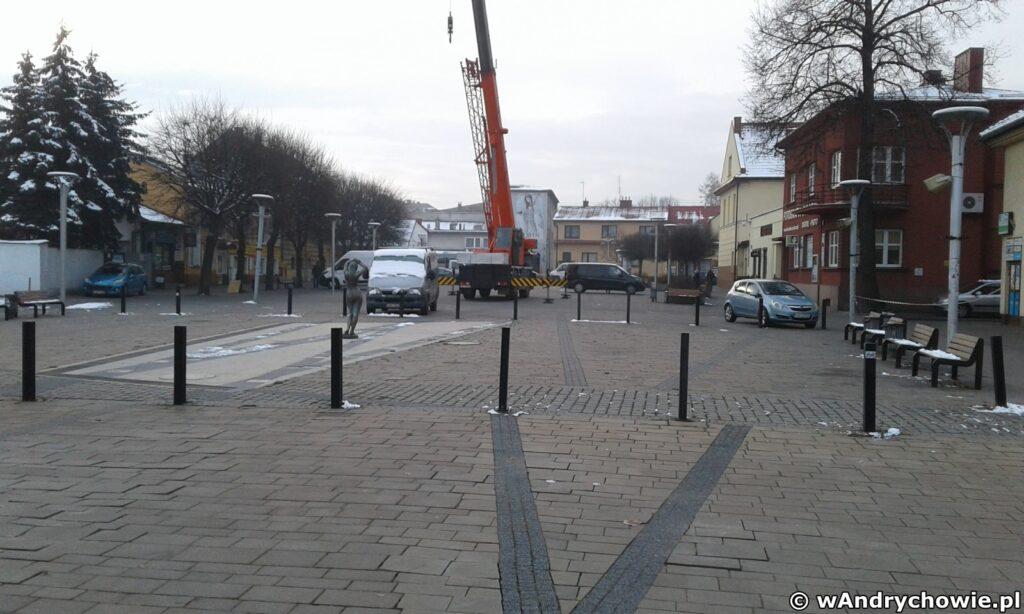 Plac Mickiewicza w Andrychowie - przygotowania do postawienia choinki Bożonarodzeniowej