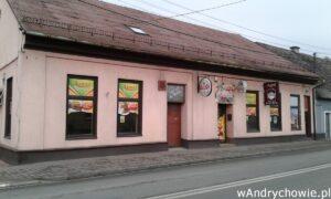 Pizzeria Avanti w Andrychowie. Widok od strony ulicy Beskidzkiej. Wejście do lokalu gastronomicznego.