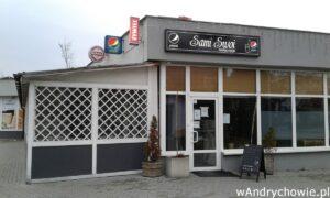 Wejście do restauracji Sami Swoi od ulicy Włókniarzy na andrychowskim osiedlu. Lokal gastronomiczny z kuchnią polską i nie tylko. Burgery, pizza z dowozem.