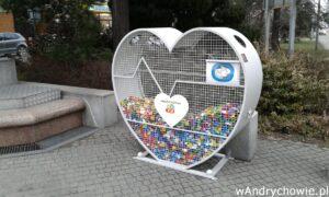 Serce na zakrętki na andrychowskim Rynku. Pojemnik w kształcie kosza. Zbiórka dla chorych dzieci, podopiecznych fundacji.